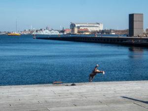 homme qui saute dans la mer à Copenhague