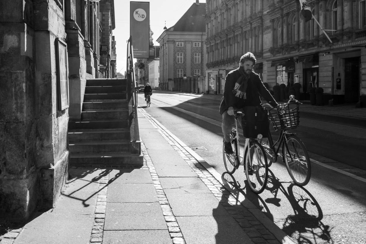 un homme sur son vélo avec un second à la main