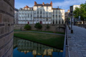 des bâtiments nantais se reflètent dans l'eau