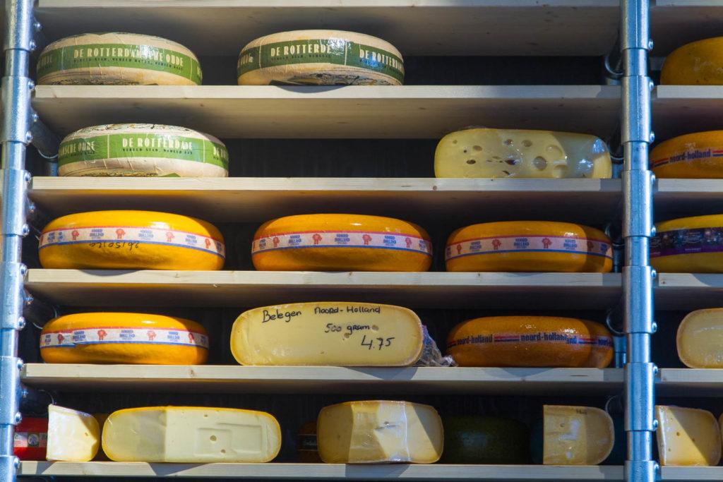 des fromages entiers de Hollande sur des étagères