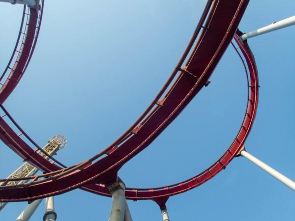 les montagnes russes de Tivoli vues d'en-dessous