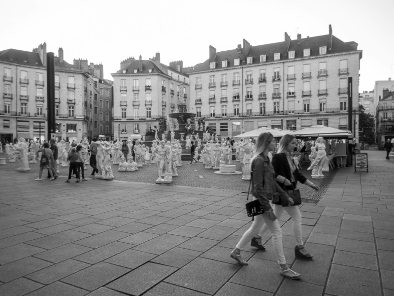 nombreuses statues et passantes