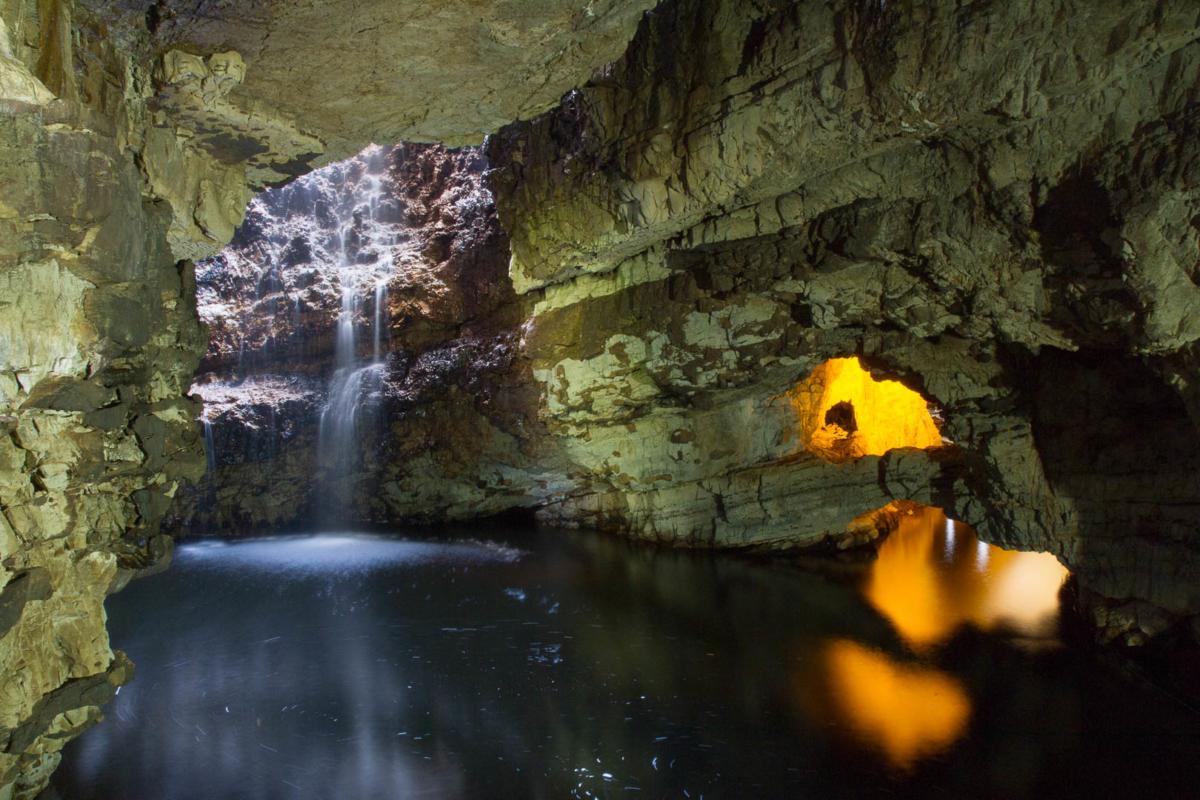 grotte avec cascade et lac