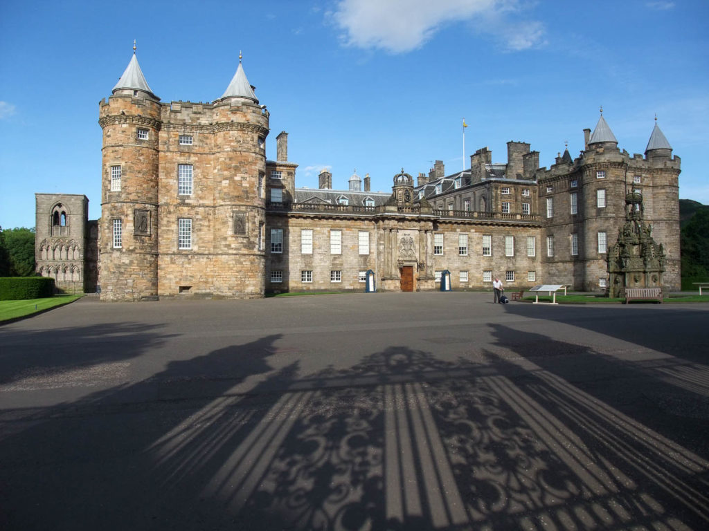 château de la Reine d\'Angleterre Holyrood, cour avec ombre du portail