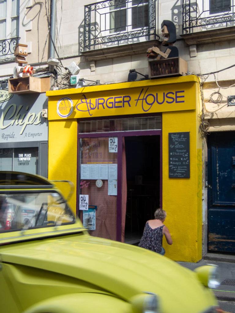 façade jaune et deux chevaux jaune