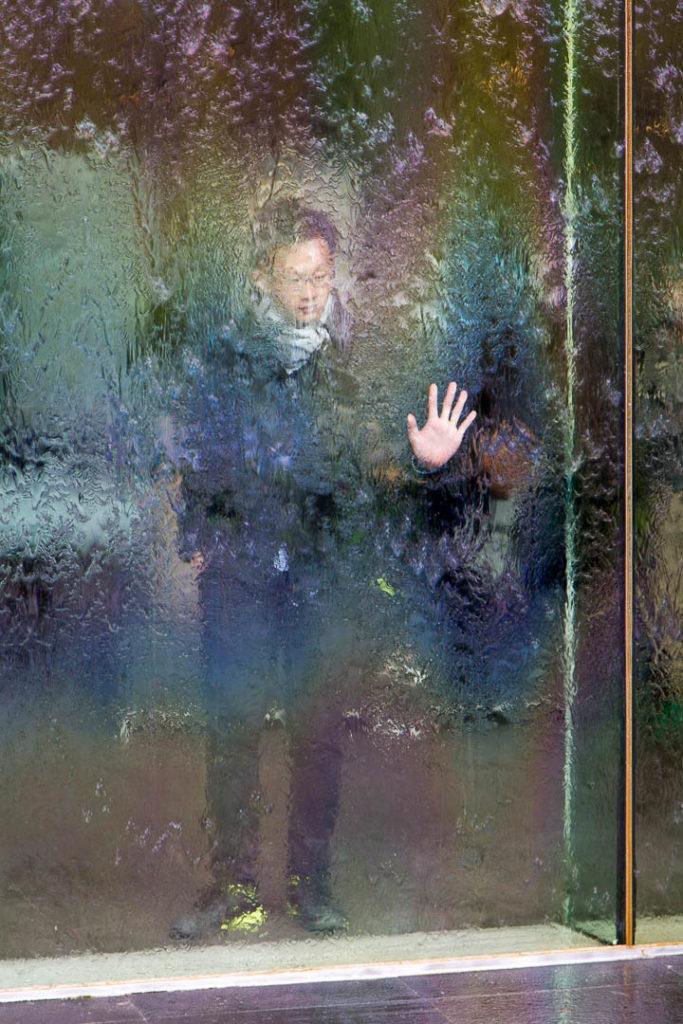homme qui joue avec un miroir d\'eau à Melbourne