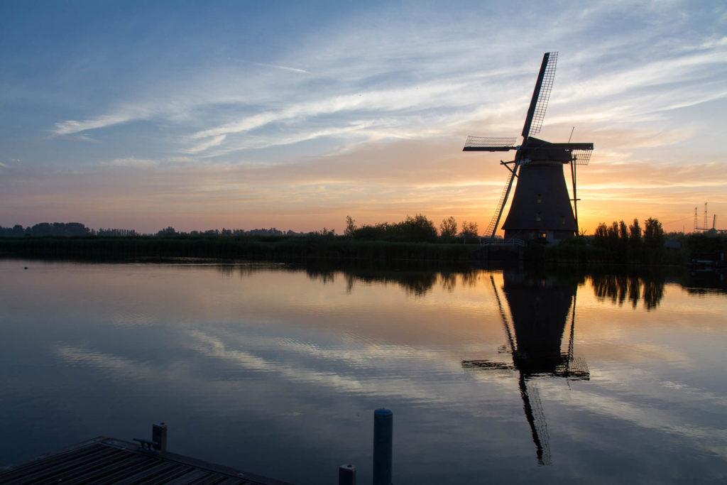 lever de soleil sur un moulin à vent en bord de canal