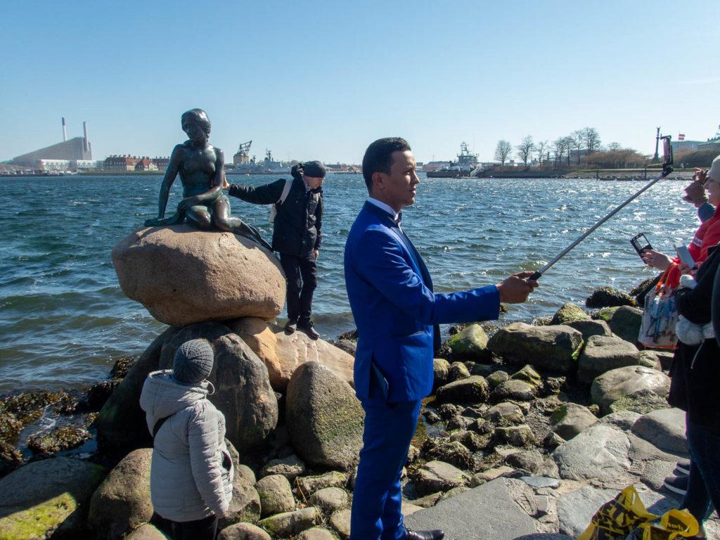 l\'emblème du Danemark au milieu des touristes qui font des selfies