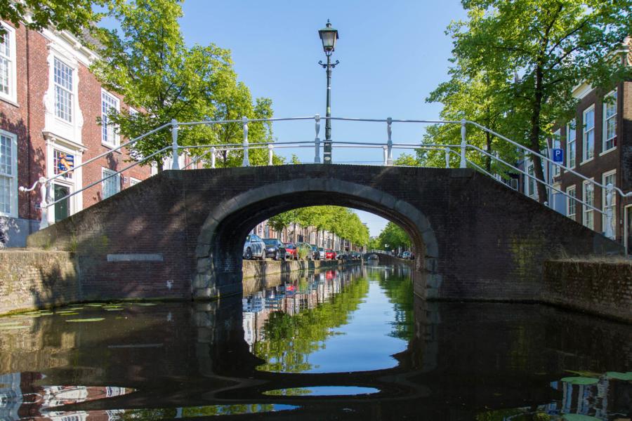 lampadaire au milieu d'un pont