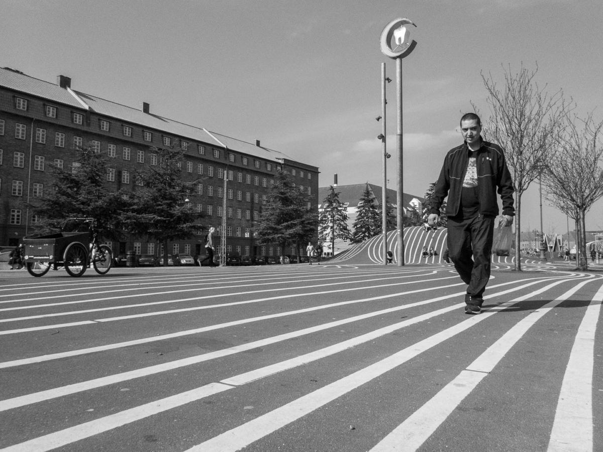 homme marchant sur un sol recouvert de lignes graphiques