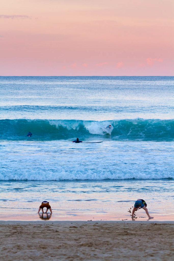 plage de Manly en fin de journée, surfeurs, enfants qui jouent