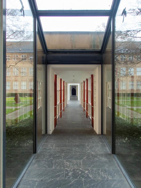 couloir vitré qui mène d'une aile du musée à une autre