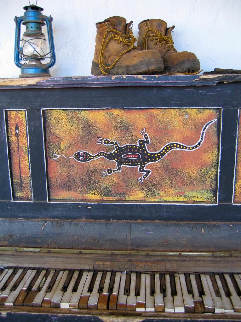 vieux piano délabré peint par des Aborigènes