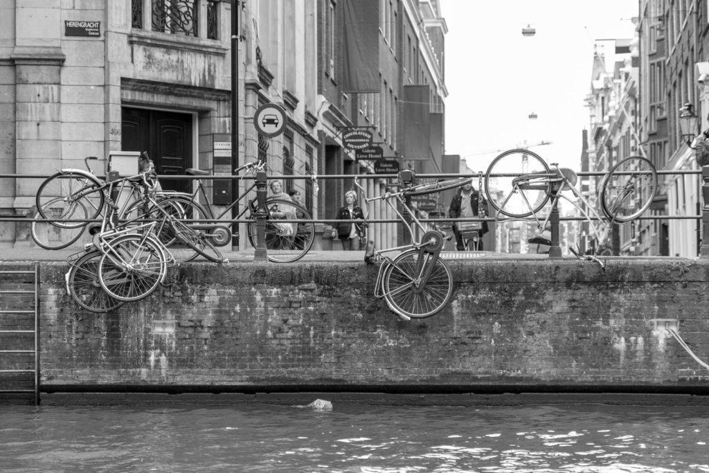 vélos attachés à la rampe côté canal