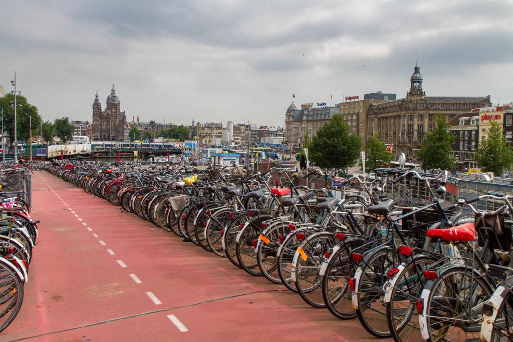 nombreux vélos et vue sur la ville