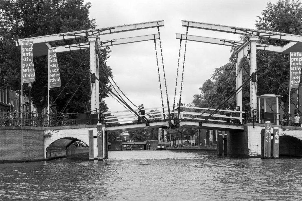 des gens marchent sur un pont au-dessus d