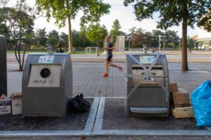 deux poubelles avec inscriptions Macron et Castaner
