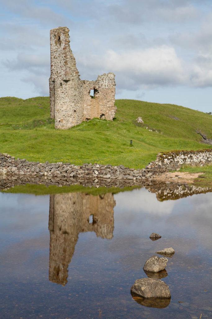 ruines d\'un château avec reflet dans une mare