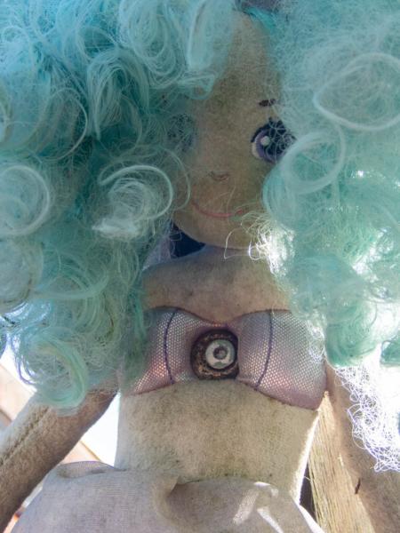 poupée sirène clouée à un poteau à Christiania