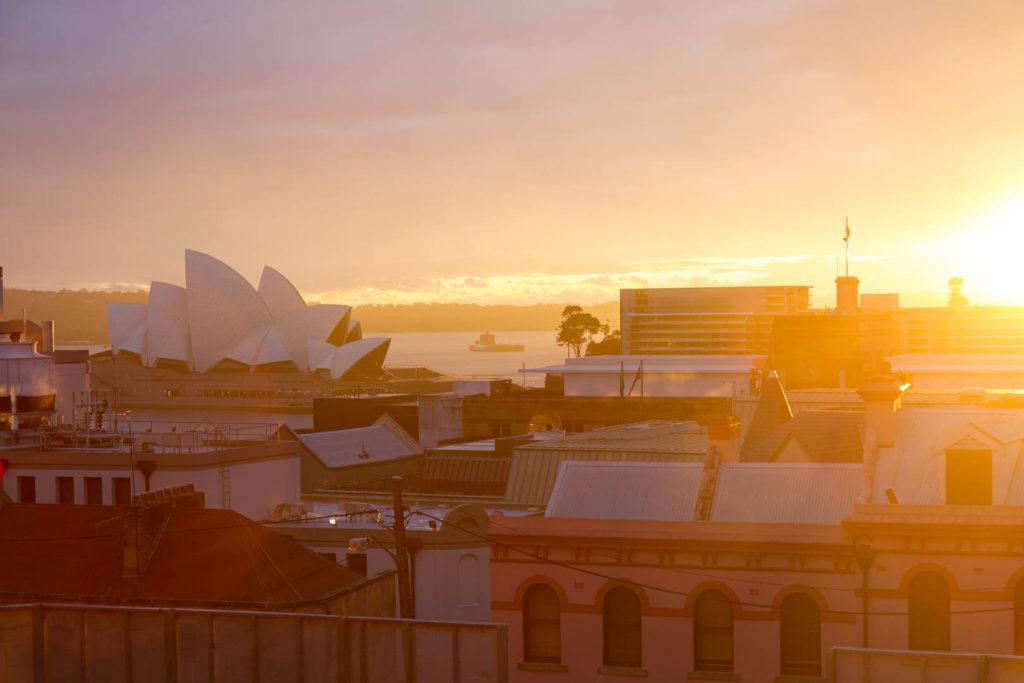 ciel doré derrière l\'opéra de Sydney
