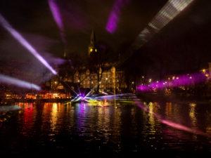 vue sur l'hôtel de ville avec un spectacle son et lumières sur le lac des jardins de Tivoli