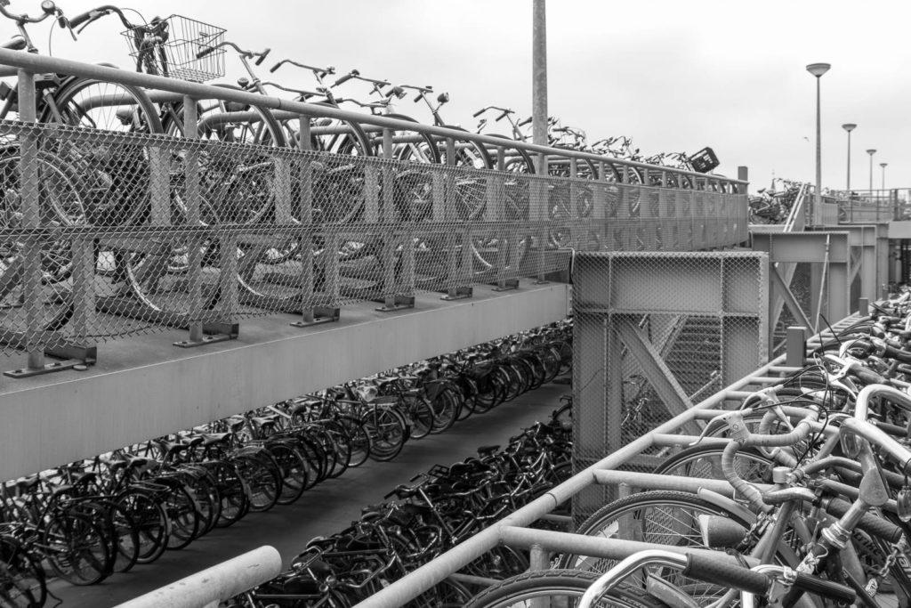 beaucoup de vélos dans un parking dédié