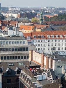 immeubles avec personnes qui profitent du soleil sur une terrasse de toit