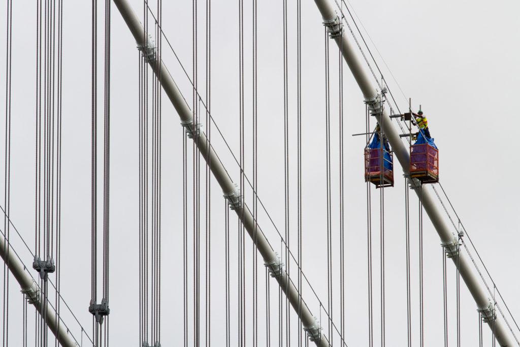 Ouvriers sur un pont